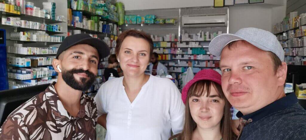 Татьяна в аптеке с туристами