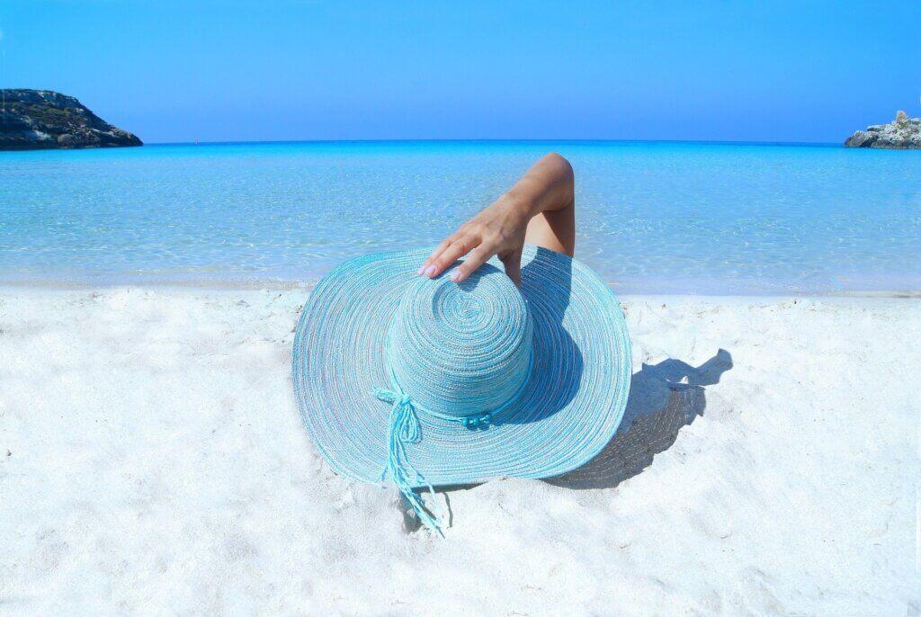 женщина в шляпе у моря
